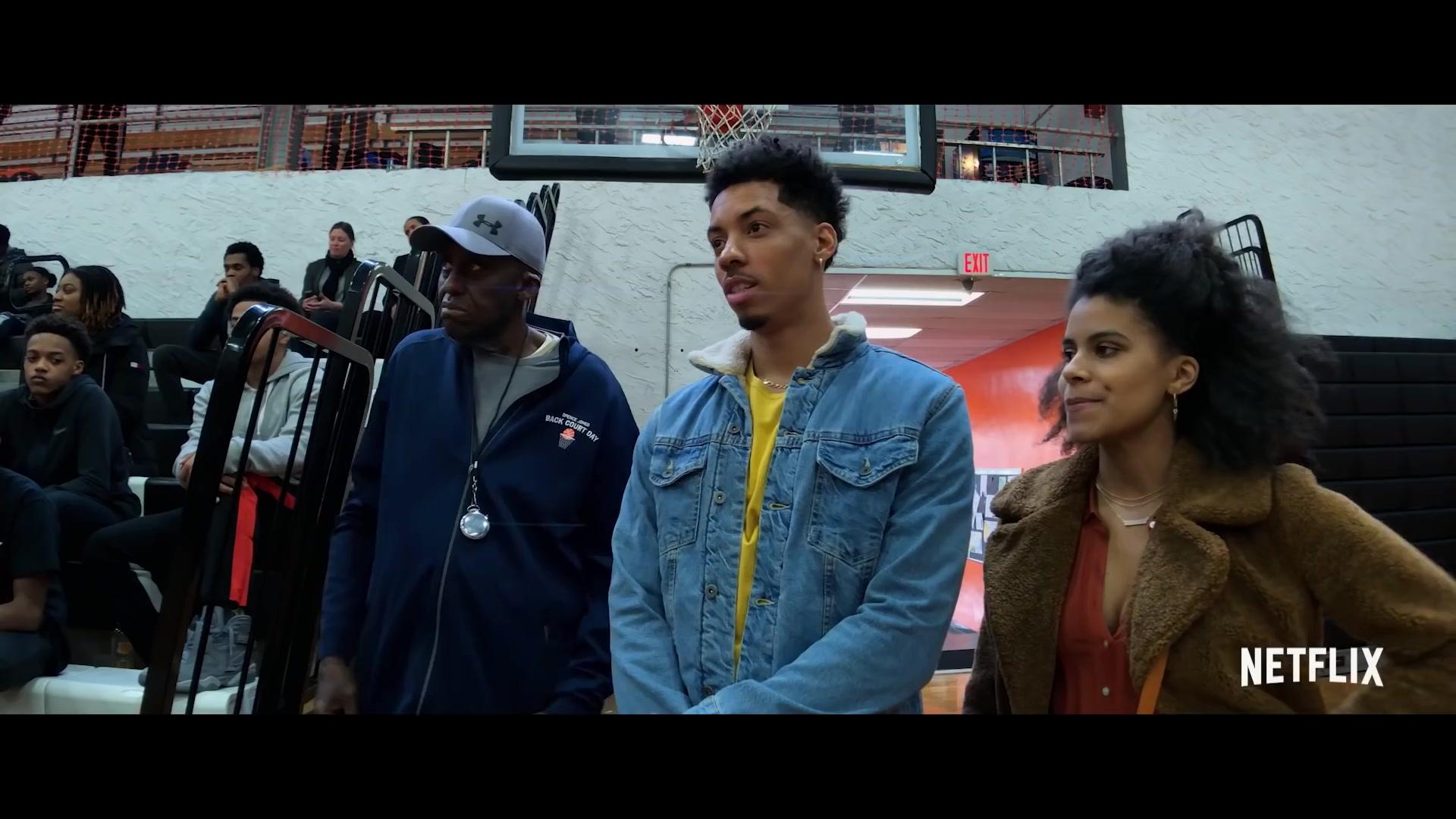 High Flying Bird Il film si svolge durante un blocco pro basket e ha un agente sportivo, André Holland, che cerca di tirare fuori un piano audace per strappare il controllo dal campionato e investirlo in i giocatori.