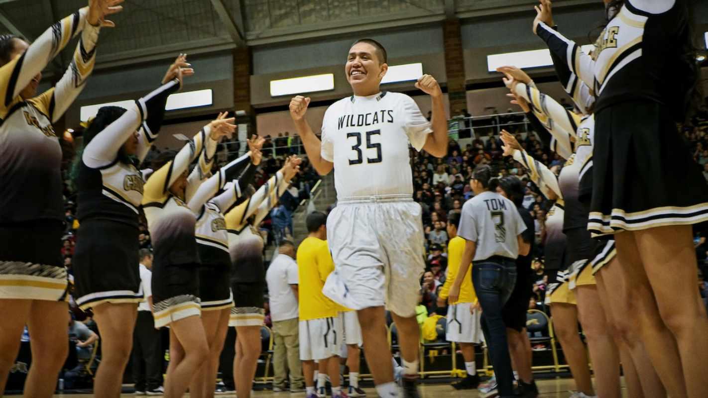 Basketball or Nothing: Segui la squadra di basket della Chinle High School nella Riserva Navajo in Arizona, impegnata a vincere un campionato statale per rendere fiera la sua comunità isolata.